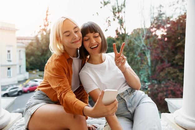 Beste vrienden die een selfie maken op een feestje