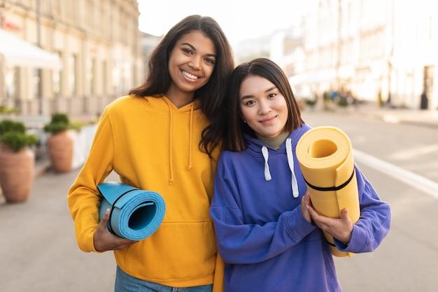 Beste vrienden die fitnessmatten houden