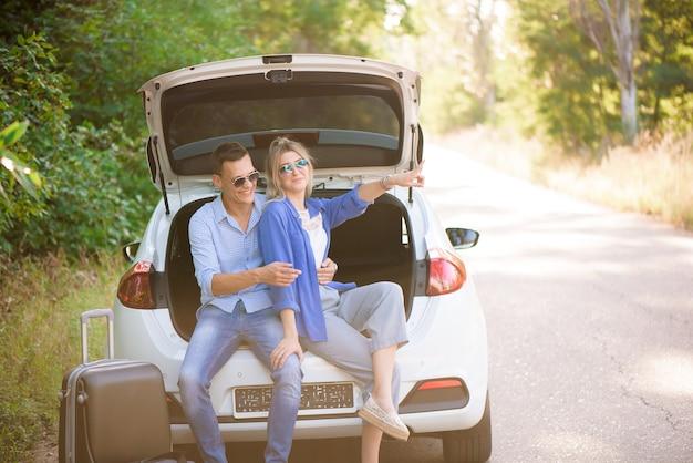 Beste vrienden die graag in de auto reizen, veel plezier hebben tijdens een roadtrip.