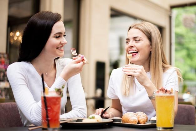 Beste vrienden die in een restaurant eten