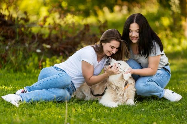 Beste vrienden die met een hond spelen