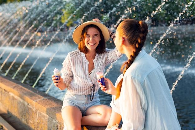 Beste vrienden die naast fontein zitten