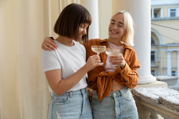 Beste vrienden die plezier hebben en genieten van een drankje