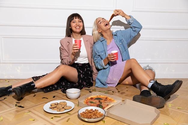 Beste vrienden die plezier hebben op een feestje