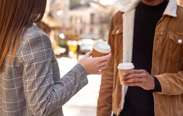 Beste vrienden die rondhangen onder het genot van een kopje koffie