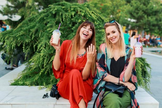 Beste vrienden die samen plezier hebben en van vakantie in zonnige moderne stad genieten