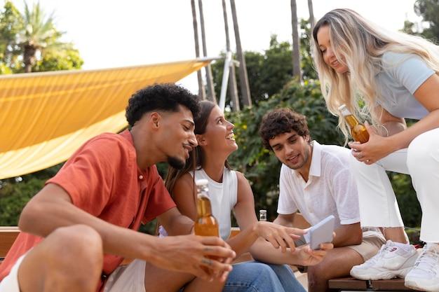 Beste vrienden die samen plezier hebben in de buitenlucht