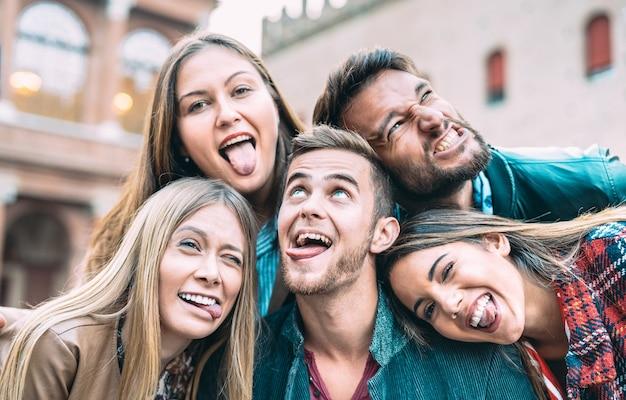 Beste vrienden die selfie maken tijdens een stadstour