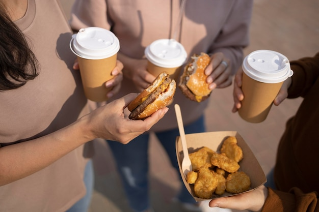 Beste vrienden die straatvoedsel eten
