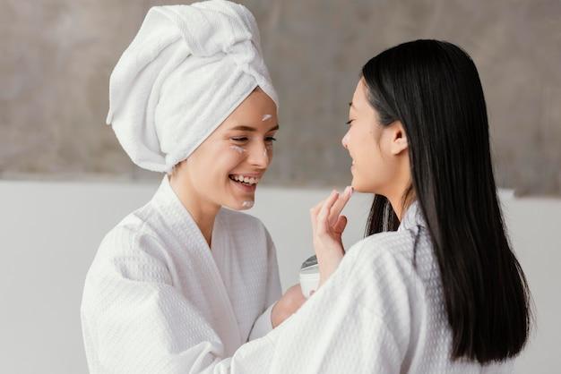 Beste vrienden die thuis een schoonheidsbehandeling hebben