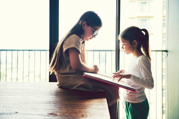 Beste vrienden die uit een boek lezen