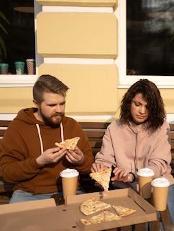 Beste vrienden die wat straatvoedsel eten