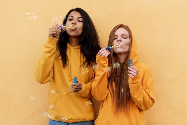 Beste vrienden die zeepbellen maken