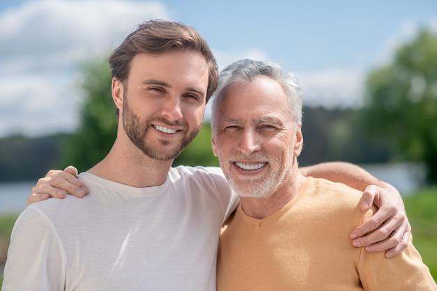 Beste vrienden. een foto van een vader en zoon die er gelukkig uitzien