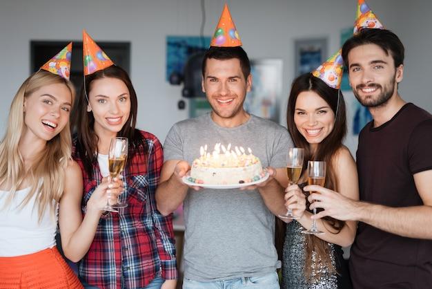 Beste vrienden geweldige stemming. verrassingsverjaardagsfeest.