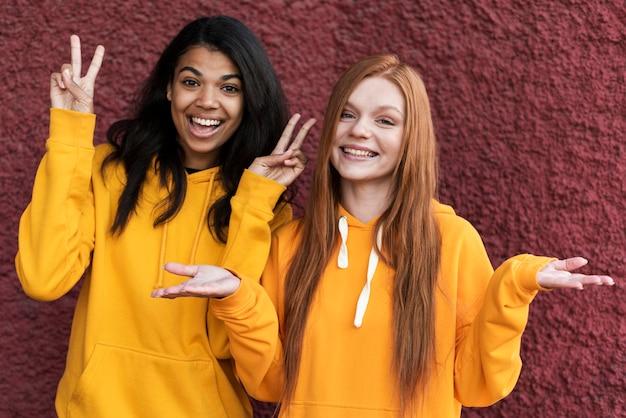 Beste vrienden in gele hoodies