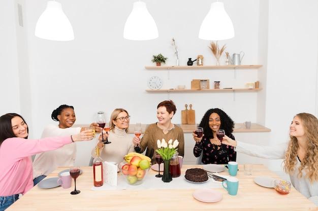 Beste vrienden juichen met een glas wijn