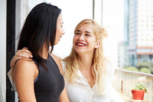 Beste vrienden kijken elkaar aan