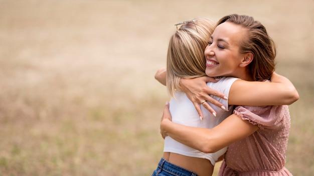 Beste vrienden knuffelen met kopie ruimte