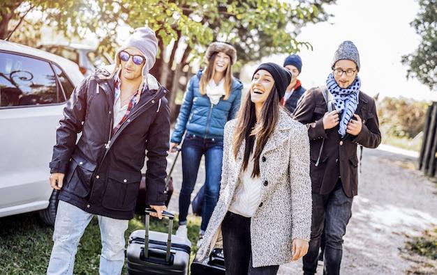 Beste vrienden plezier samen op autoreis in de wintervakantie op de weg