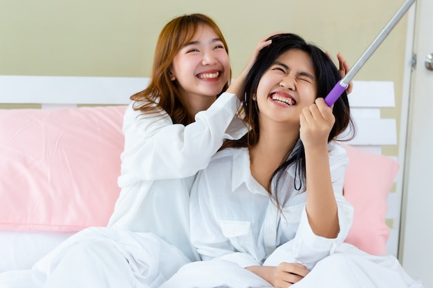 Beste vrienden tiener blij met selfie op bed