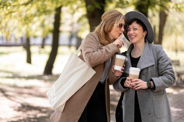 Beste vrienden van middelbare leeftijd tijd samen buitenshuis doorbrengen