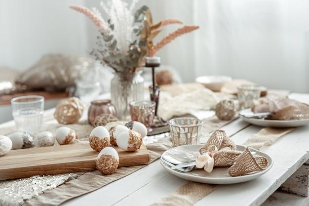 Bestek en decoratieve artikelen op de eettafel voor de paasvakantie