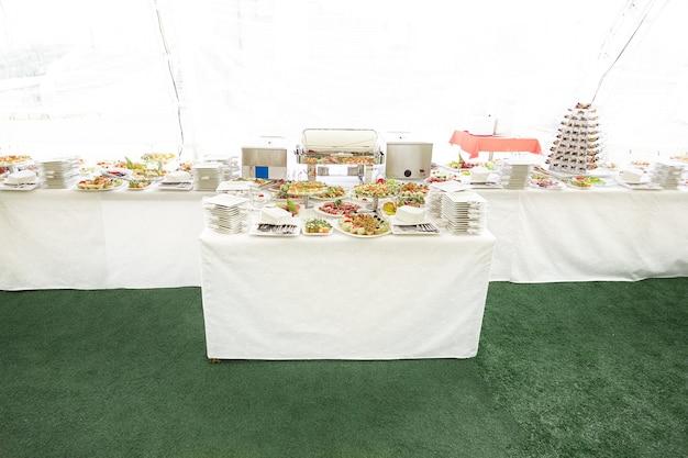 Bestek en diverse gerechten op de uitdeeltafel in het restaurant