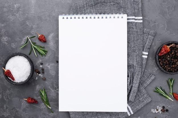 Bestek naast notebook
