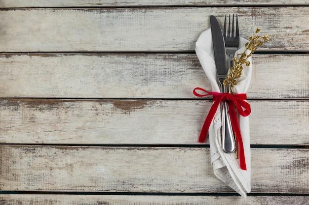 Bestek omwikkeld met kerst motief op een houten tafel