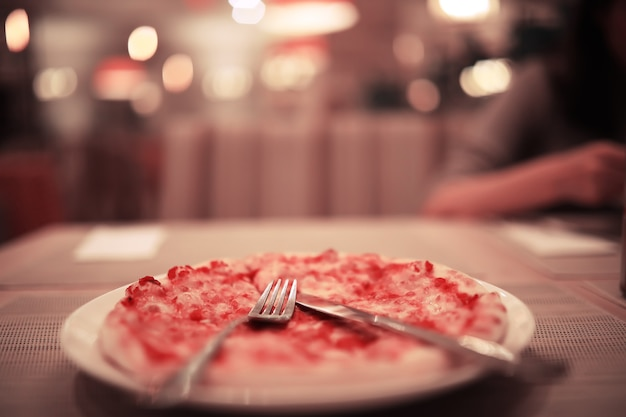 Bestek op tafel in restaurant tafelsetting, mes, vork, lepel, interieur