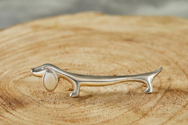 Bestekhouder in de vorm van een teckel van zilver.
