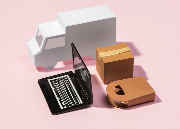 Bestelwagen met hoge hoek, laptop en doos