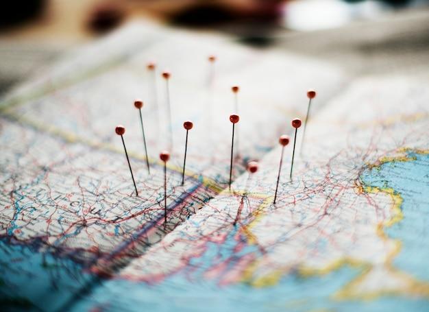 Bestemmingen vastgemaakt op een kaart