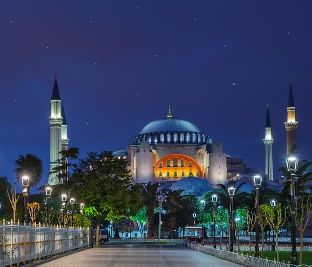 Bestrating in de voorkant van de aya sofia 's nachts