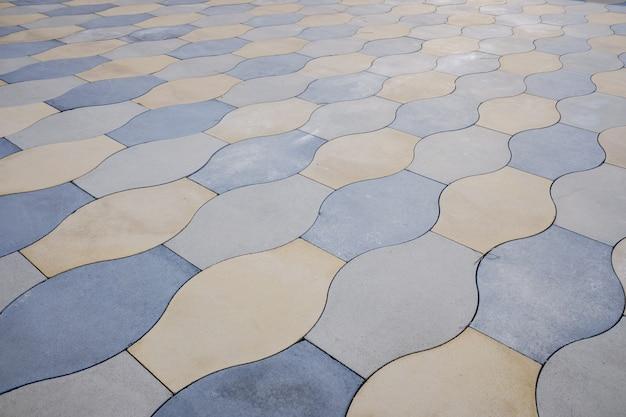 Bestrating ingebed in stukken van verschillende kleuren op de vloer van een park