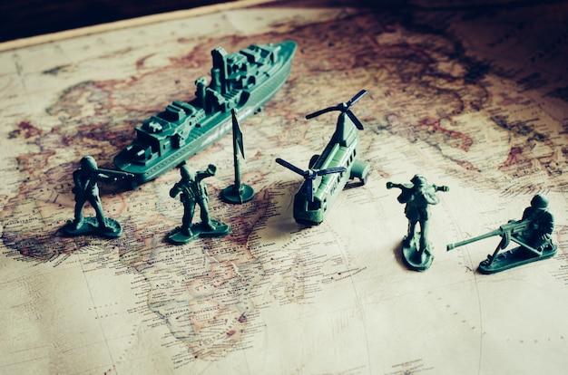 Bestrijding, militair gebruik en tactieken in actie op een wereldkaart.