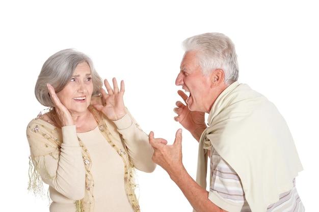 Bestrijding van senior koppel op een witte achtergrond