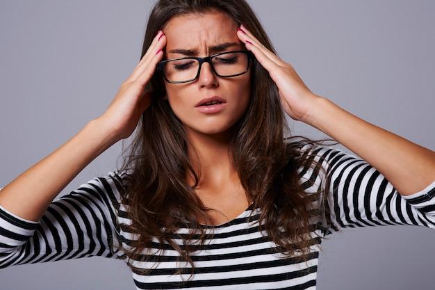Bestrijding van vrouw met sterke hoofdpijn