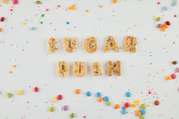 Bestrooid zelfgemaakte koekjes in de vorm van letters waardoor suiker rush inscriptie