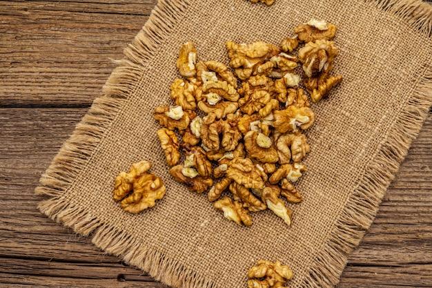 Bestrooide walnoten. natuurlijke organische snack, gezond eten concept