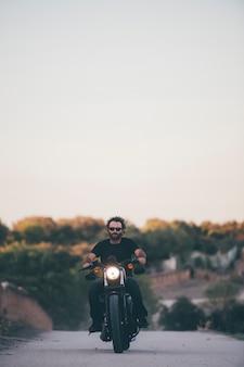 Bestuurder beheert zijn motorfiets