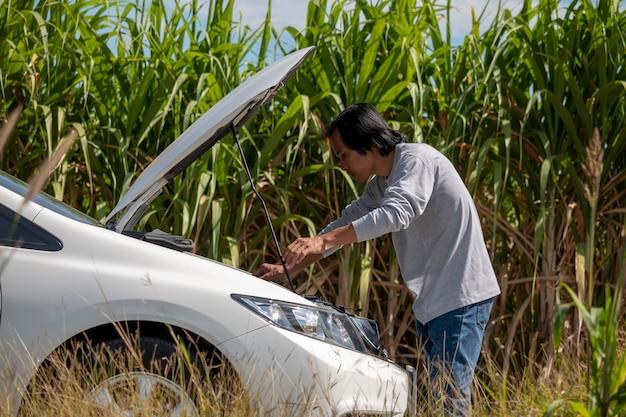 Bestuurder dichtbij noodsituatie gebroken auto op weg.