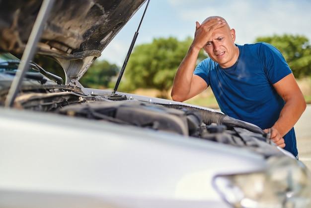 Bestuurder man voor auto-auto-ongeluk in de weg.