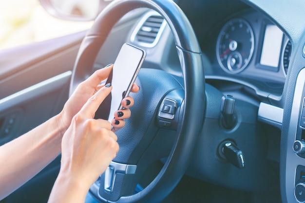 Bestuurder met een mobiele telefoon