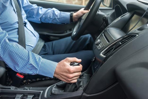 Bestuurder met vastgemaakte veiligheidsgordel in auto