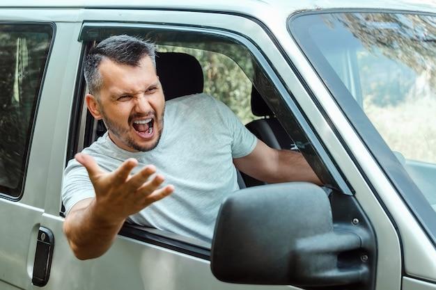 Bestuurder van de auto is woedend achter het stuur tijdens de reis