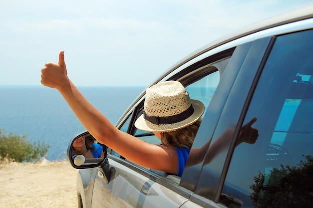 Bestuurder vrouwen in auto op zee in de zomer