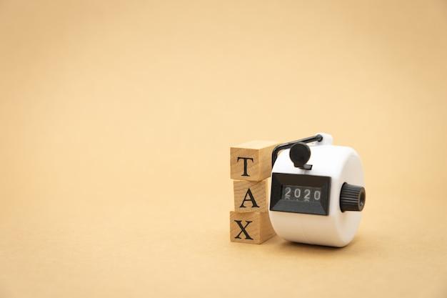 Betaal het jaarinkomen (tax) voor het jaar