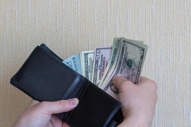 Betaal met dollars haal dollars uit uw portemonnee